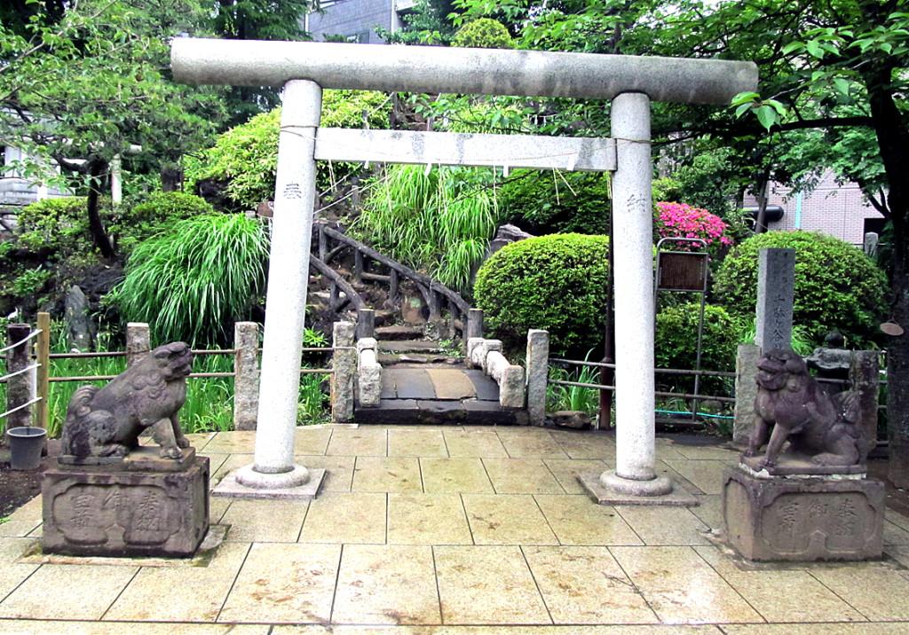12-1 鳩森八幡内浅間神社富士塚入り口#